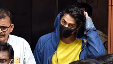Photo of Shah Rukh's son Aryan is reading scriptures of Qur'an in jail