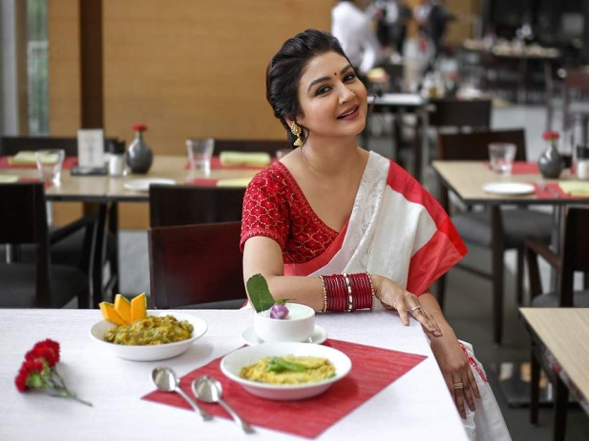 Jaya wants to wear saree as well as other clothes on the occasion of Puja festival.